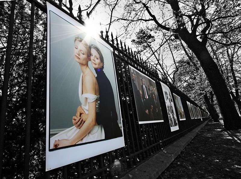 """tn_1, Q-ltura – pisał i pstrykał FotoMaximus Wystawa """"Kobiety"""" Annie Leibovitz na ogrodzeniu"""