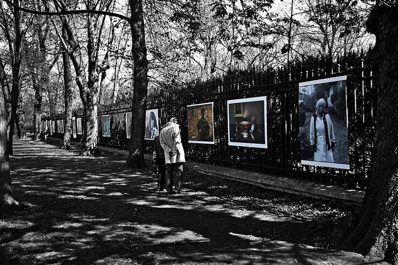"""tn_4, Q-ltura – pisał i pstrykał FotoMaximus Wystawa """"Kobiety"""" Annie Leibovitz na ogrodzeniu Ogrodu Botanicznego Uniwersytetu Warszawskiego - od 16 kwietnia do 15 maja."""
