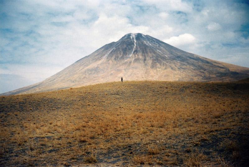 Kenia 2000 rok, gorący lecz nieczynny wulkan i sylwetka Masaja