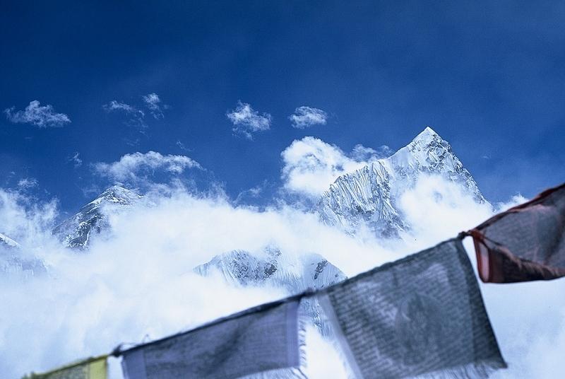 Himalaje puste ale zachmurzone. Widok na Everest.