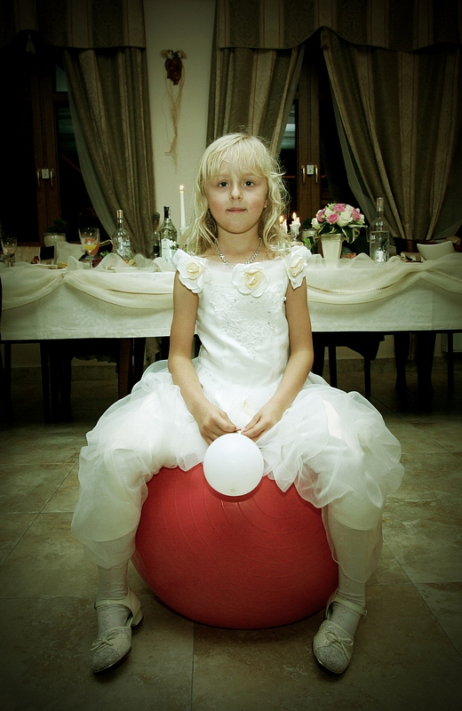 dziecko w ślubnym obiektywie